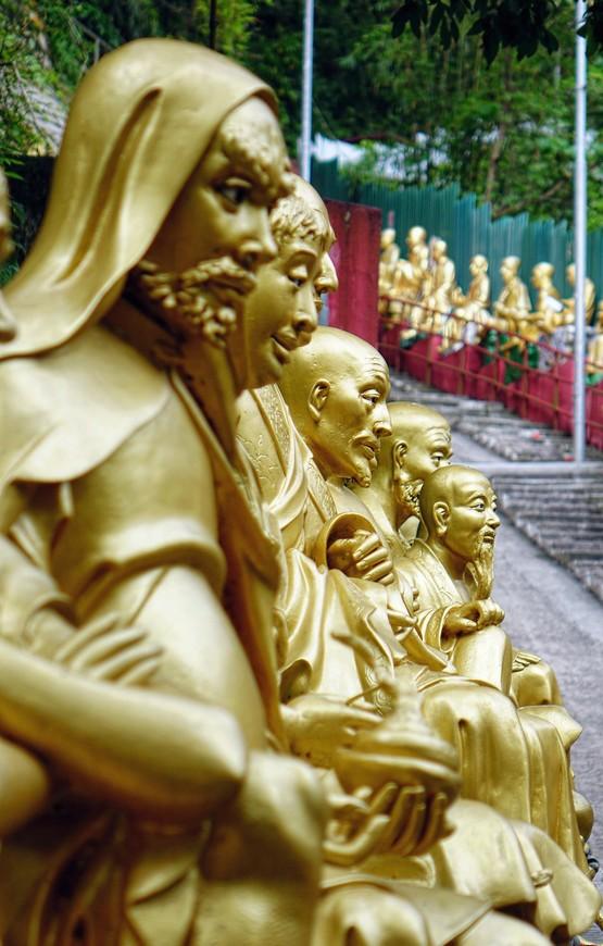 Понятно, что солнечная погода добавила бы Буддам сияния, снимкам красоты, а мне удовлетворения от сделанных фотографий, но выбирать не приходилось.