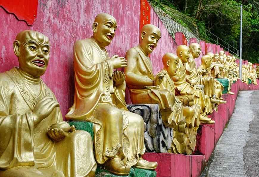 Почти все Будды улыбаются. И к вершине холма они меня совершенно расположили к себе этими улыбками.