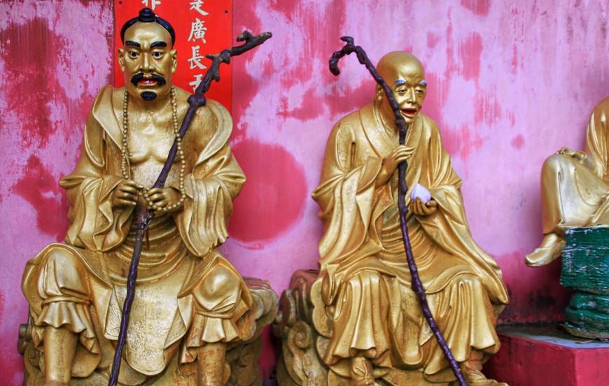 Будды расположены тематически - сидят, стоят, со зверушками, с рыбками, с лотосами и так до бесконечности...