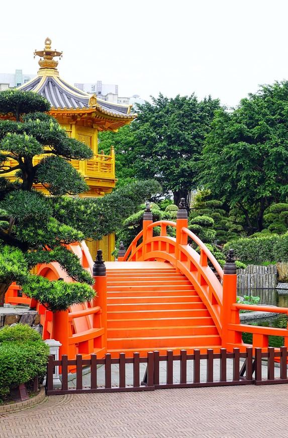 Павильон Абсолютного совершенства в виде цветка лотоса и красные мостики Zi Wu - главное украшение сада. Жалко, что для туристов они закрыты. А может, это намек, что в Гонконг надо вернуться еще раз?