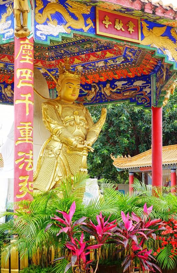 На площадке у главного храма тоже есть что посмотреть.