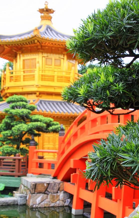 Зеленая растительность, золотые пагоды, красные мостики, гладь прудов - к такой гармонии и добавить-то нечего!