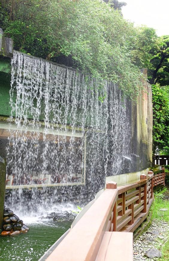 Стена воды у вегетарианского ресторана - столики в нем редко бывают свободными.