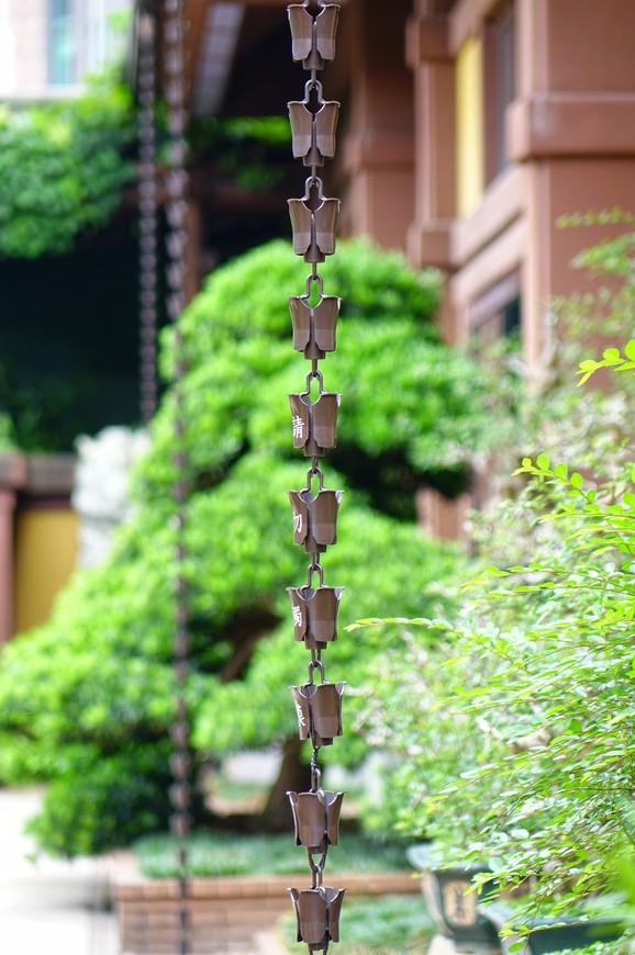 Павильоны в саду украшены неизменными колокольчиками, издающими звон от малейшего ветерка.