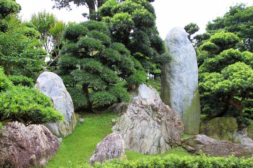 В отличие от остальных парков, жителей города здесь не много и если не совпасть по времени посещения с группами китайских туристов, можно бродить по парку в полнейшем одиночестве, созерцая абсолютную гармонию природы и огромного города.