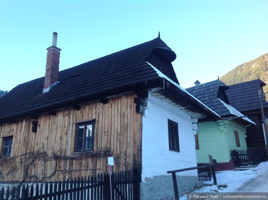 Типичные дома полудеревянные, полукаменные, с крышами-коньками.
