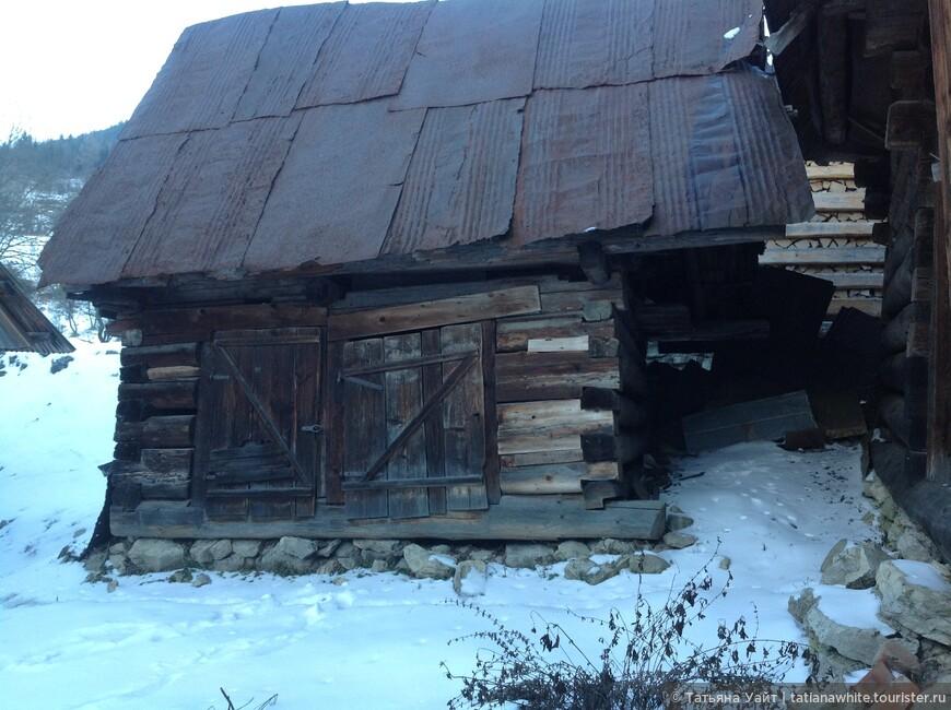 Старая ветхая постройка крестьян.
