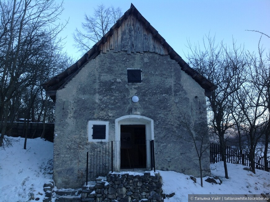 В этом доме расположилась поселковая галерея, но попасть в неё мы уже не успели, стемнело и всё было закрыто.