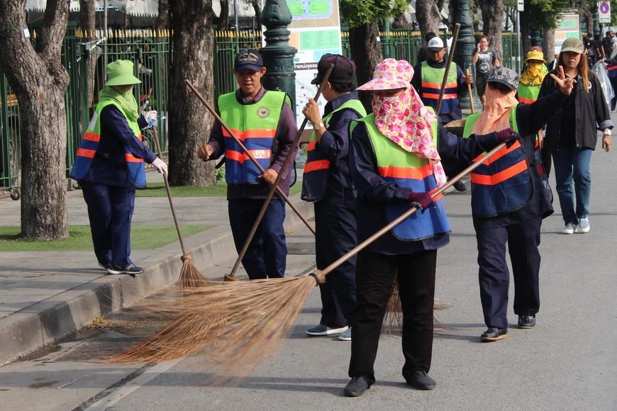 Думал в Таиланде грязно.Нет.С такими метёлками у грязи нет шансов.