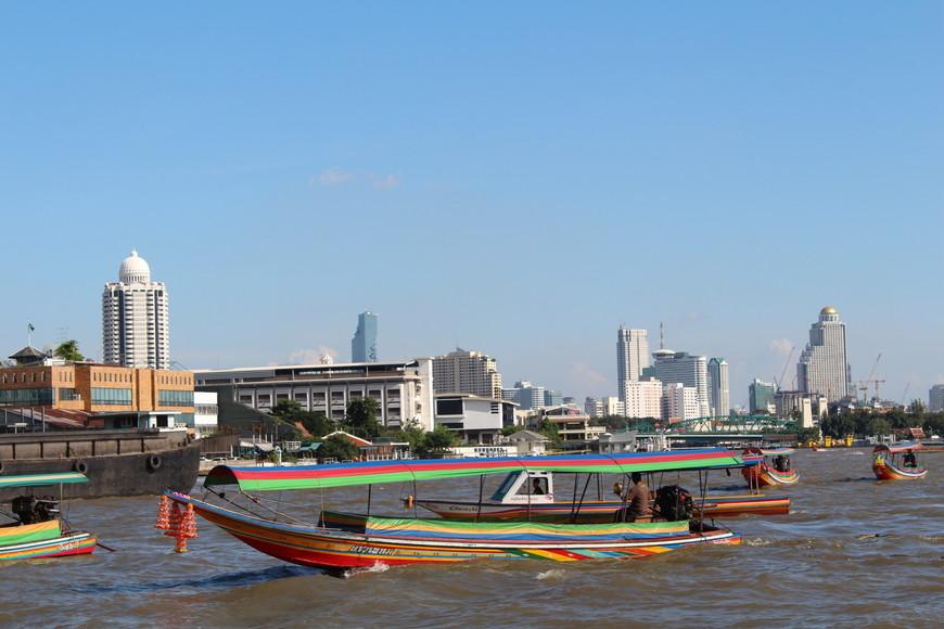 Будете в Бангкоке обязательно покатайтесь на лодке по Чао-Прайе.Очень интересно посмотреть на город отсюда.И удобно добираться до достопримечательностей.