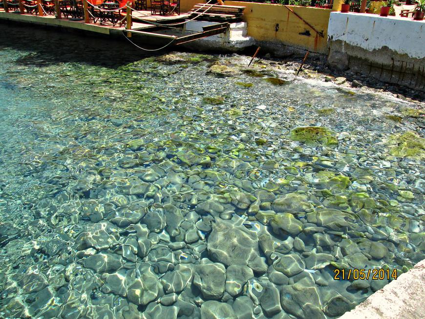 Вода в Лутро удивительно прозрачная.