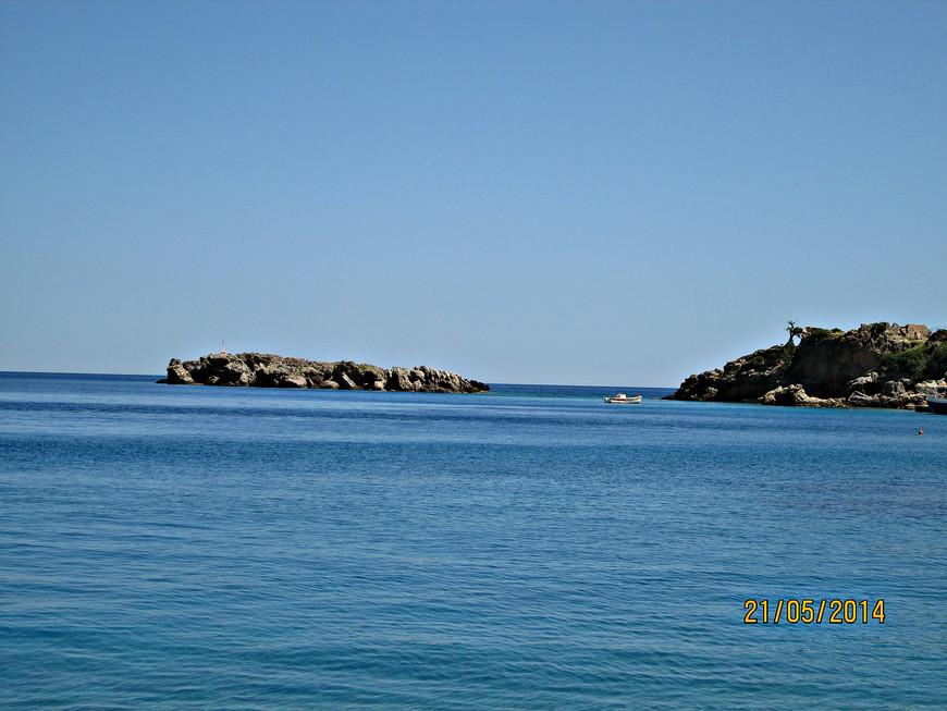 Остров прикрывает бухту от морских ветров.