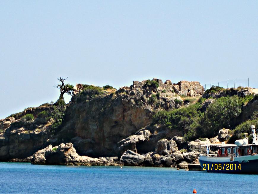 В Средние века это место служило убежищем для для сарацинских пиратов и работорговцев. Когда Критом овладели венецианцы, они укрепили Лутро небольшой крепостью. Её  руины сохранились до наших дней..
