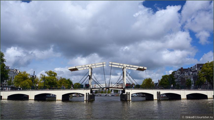 Амстердам. Магере-брёх, единственный сохранившийся деревянный разводной мост.