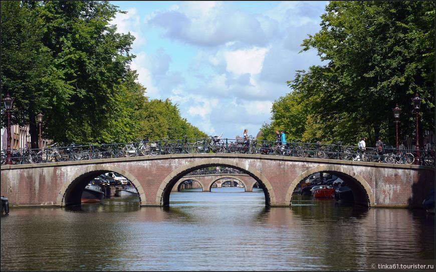 Типичные мостики Амстердама.