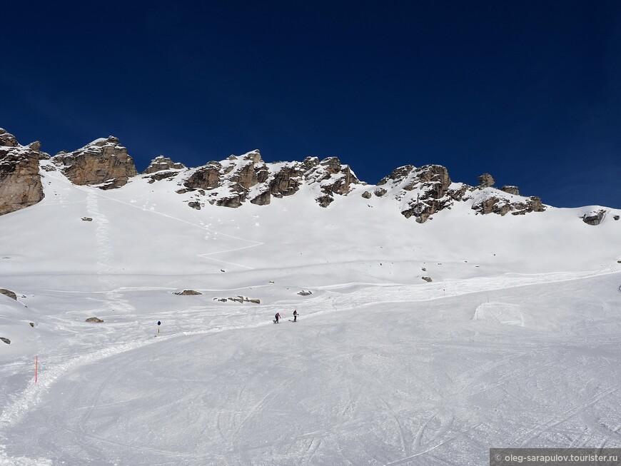 Пешеходы или катание на горных лыжах снизу вверх