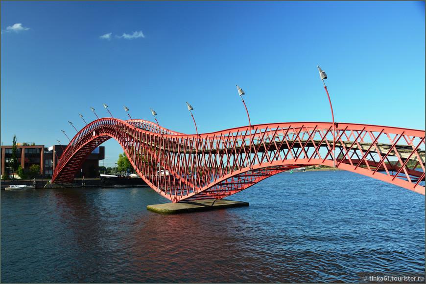 Великолепный мост Питон в Амстердаме. Этот  змеевидный красный стальной мост  называется  Pythonbrug. Он и правда здорово похож на питона. Построенный в 2001 году, мост Питон соединяет полуостров Споренбург с островом Борнео.