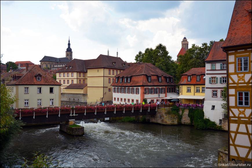 Пешеходный мост Гайерсверт –  один из многочисленных мостов Бамберга через реку Регниц, который ведёт к одноименному замку. Очень живописный мост, украшенный цветами.