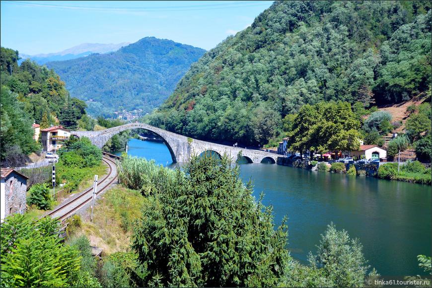 Горбатый Мост Магдалины называют еще Чертовым Мостом, что связано  с  красивой легендой о нерукотворном происхождении моста.
