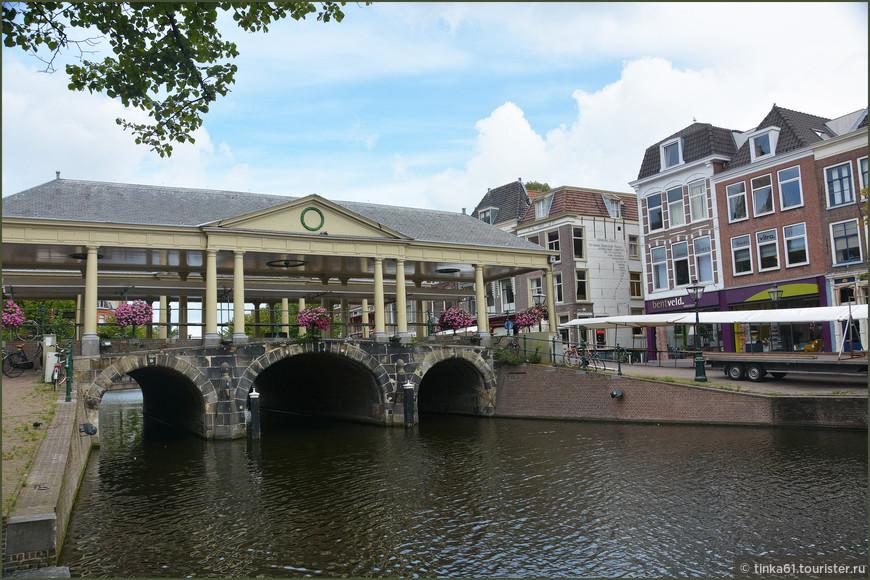 Кукурузный Мост   Koornbrug, Лейден Назван так потому, что в стародавние времена  здесь шумел зерновой рынок. Крышу над мостом построили специально, чтобы защитить зерно от дождя.