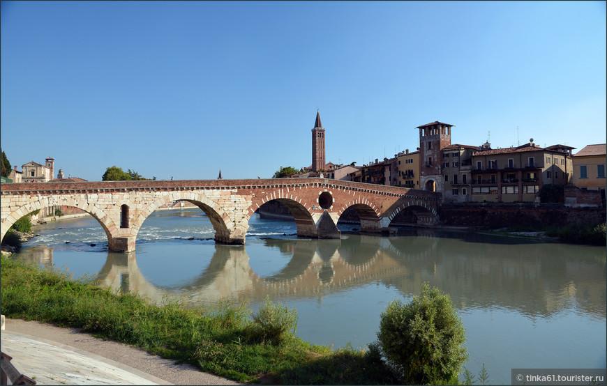 Мост Понте Пьетра в Вероне.  Римский арочный мост через реку Адидже.