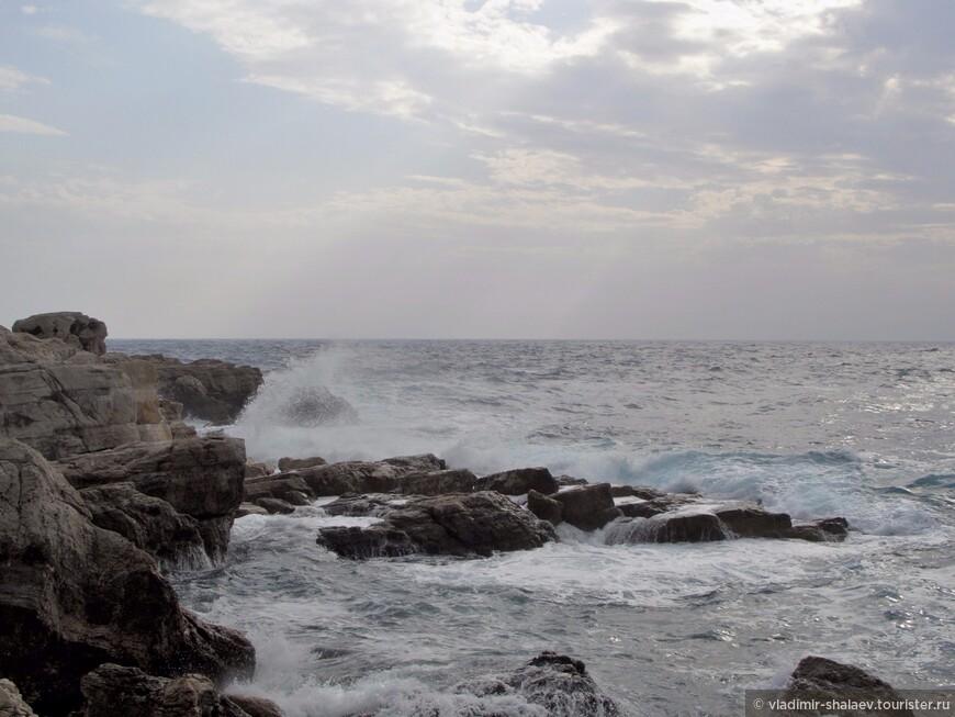 Море немного успокаивается.