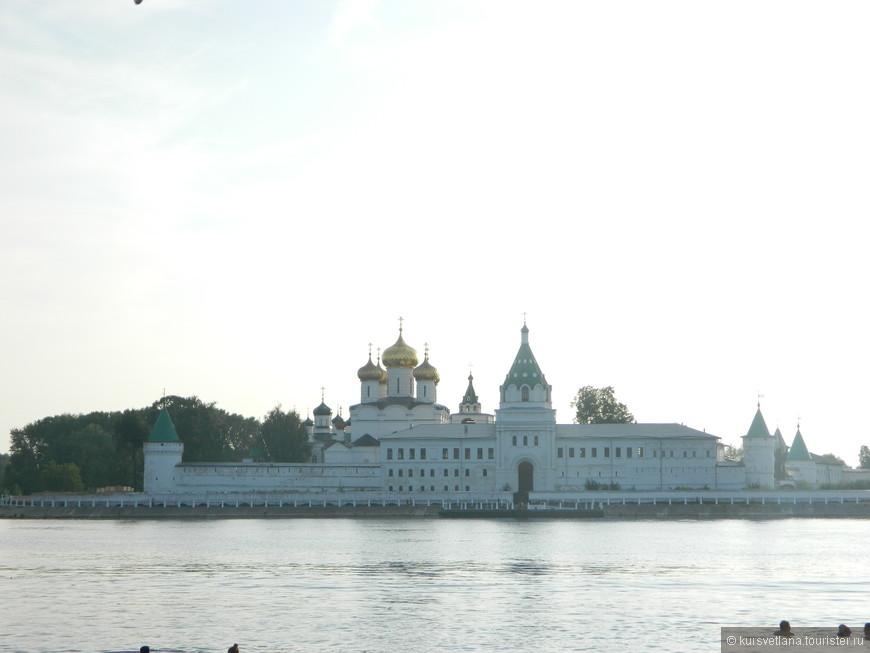 Главная достопримечательность Костромы - Ипатьевский монастырь на берегу реки Костромы. Именно здесь в 1613 году происходило избрание Михаила Романова на престол.