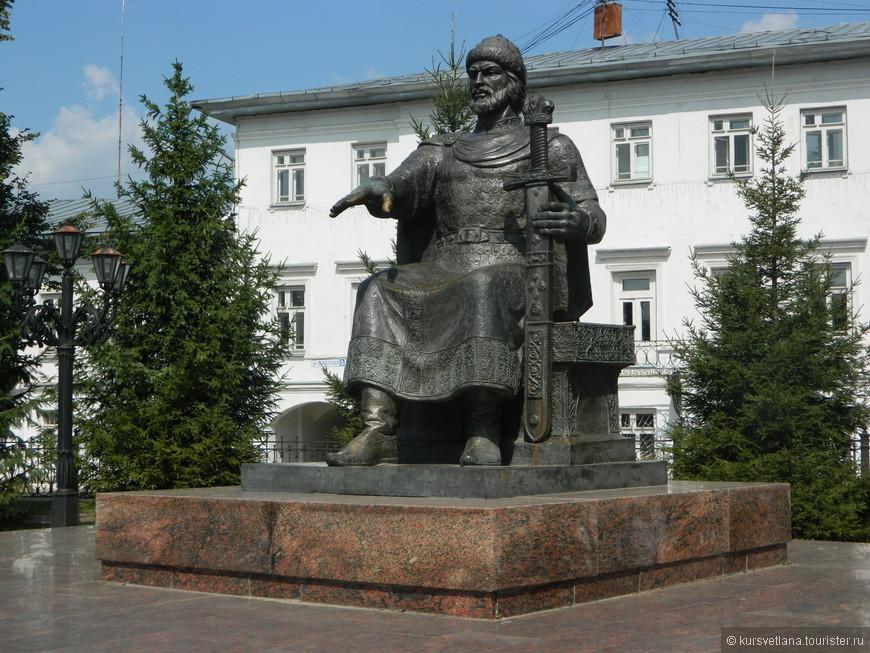 Памятник Юрию Долгорукому в центре Костромы
