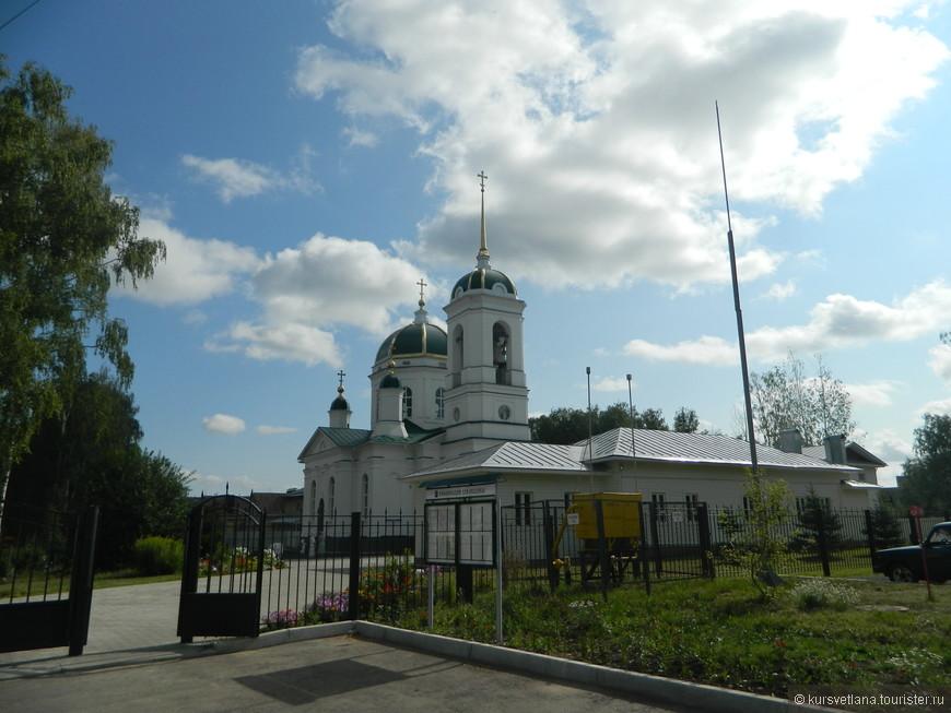 В гостинице мы слушали звон колоколов этой небольшой церкви, так как она находилась по соседству, к сожалению не помню ее названия(