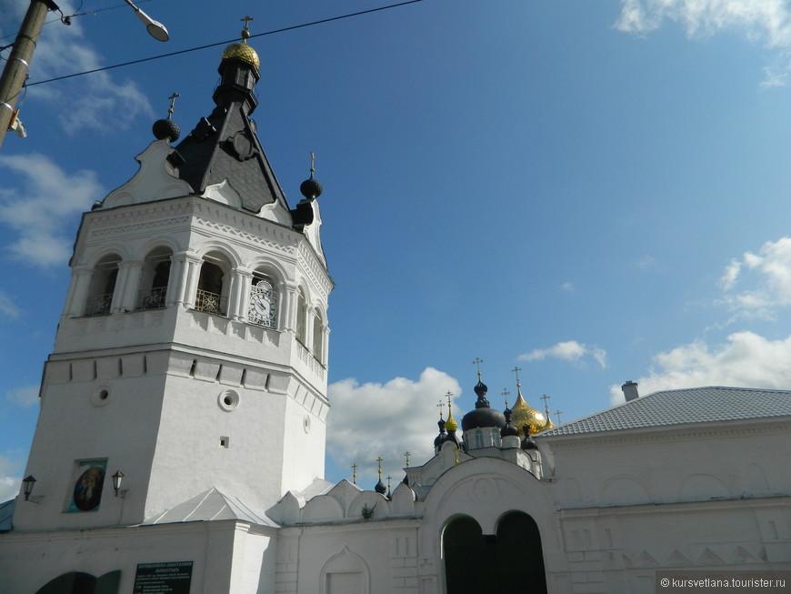 Богоявленский-Анастасиин монастырь с чудотворной иконой. Находится прямо в центре города, к сожалению внутрь не попали.
