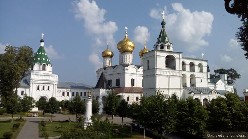 Такая красота открывается, когда заходишь на территорию Ипатьевского монастыря