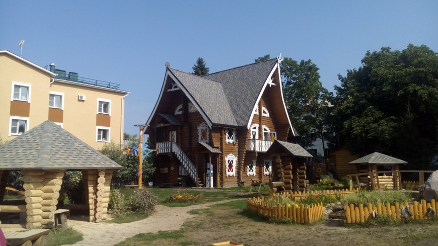 Терем Снегурочки в Костроме - главная резиденция внучки Деда Мороза. Внутри все сказочно, программа веселая, интересная, можно посетить ледяную комнату и купить сувениры на память.