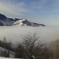А вообще я больше люблю уходить на гребень холма сразу за шлагбаумом. Особенно этот маршрут хорош в пасмурные зимние дни. Потому что внизу туман, а на вершине солнце и можно в прямом смысле погулять над облаками.