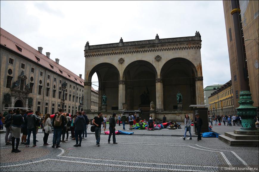 """Начала я свою прогулку по Мюнхену с Одеонсплац. Здесь доминирует Лоджия """"Зал баварских полководцев""""."""