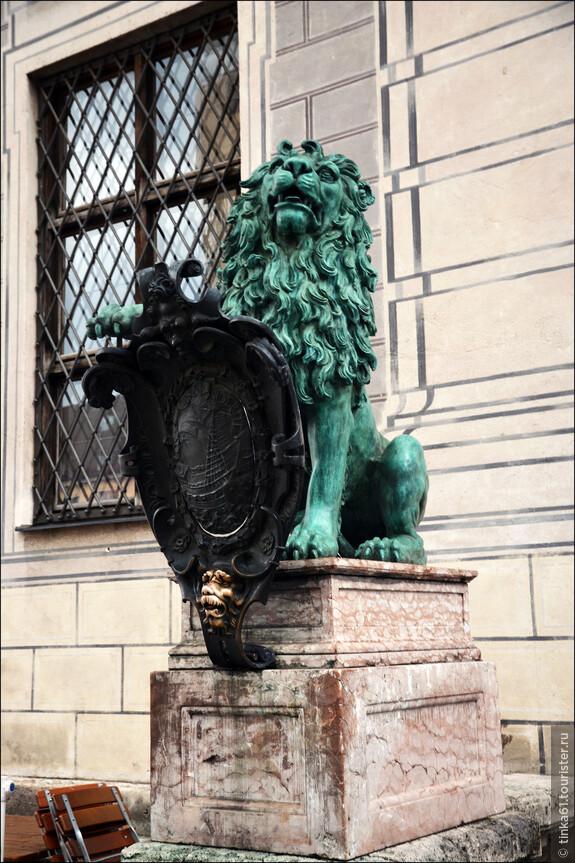 Вход в Резиденцию охраняют зеленые львы.