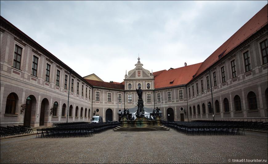 Фонтанный двор Мюнхенской Резиденции, откуда можно попасть в саму Резиденцию.