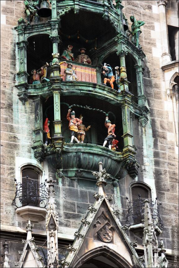 Ратушные часы, украшенный  43 колоколами и 32 кукольными  фигурками  каждый день представляют сценки из жизни средневекового города под бой своих курантов.
