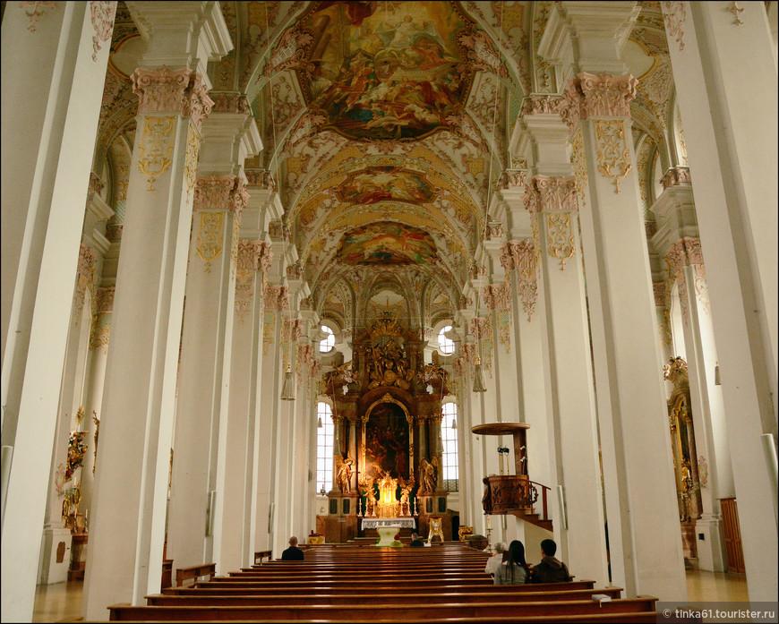 Великолепные барочные интерьеры церкви Святого Духа. Послевоенная реконструкция. Во время Второй мировой войны церковь  была разрушена почти полностью.