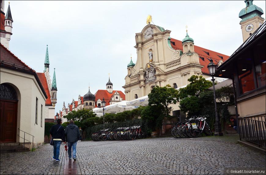 Несмотря на многочисленные перестройки и изменения в архитектурном облике церковь святого Духа признана самой старой культовой постройкой в Мюнхене. Она расположена в 200 метрах на юго-восток от Мариенплац.