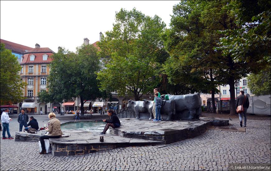 Современная городская скульптура в центре города.