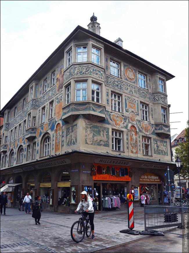 Руффинихаус, великолепный барочный дом около площади Риндермаркт.  Фасад здания богато украшен эркерами, лепниной и барельефами. Очень красивый, нарядный дом, так и привлекающий к себе внимание.