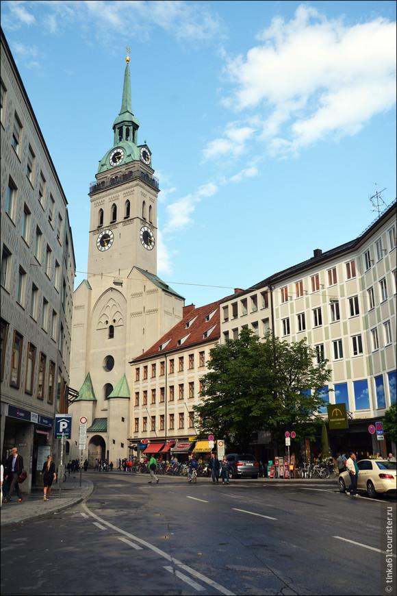 Петерскирхе, самая старая приходская церковь Мюнхена, основанная еще в 12 веке и расположенная недалеко от Мариенплац.  Готика и барокко в одном флаконе. Башня собора святого Петра высотой 91 метр — один из символов города.