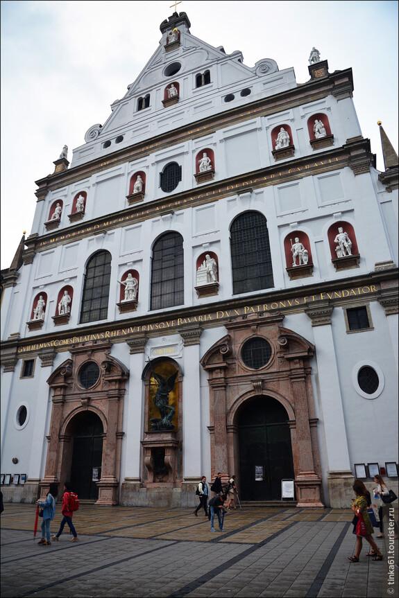 Иезуитская Церковь Святого Михаила.  Белоснежный фасад этой церкви украшен бронзовой статуей архангела Михаила и 15 статуями святых-покровителей собора.