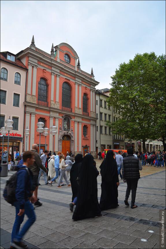 Мусульманки на фоне  церкви Burgersaalkirche.