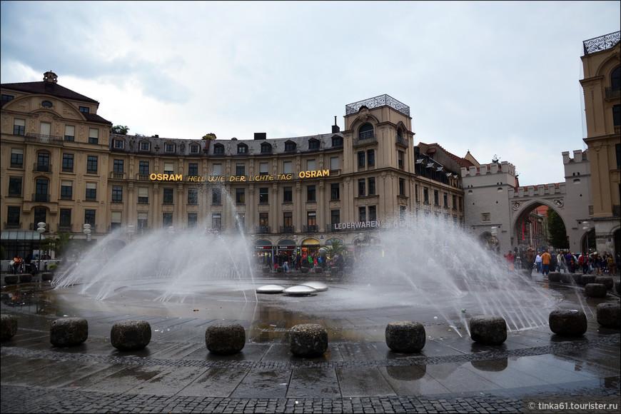 Огромный фонтан на  Карлсплац.