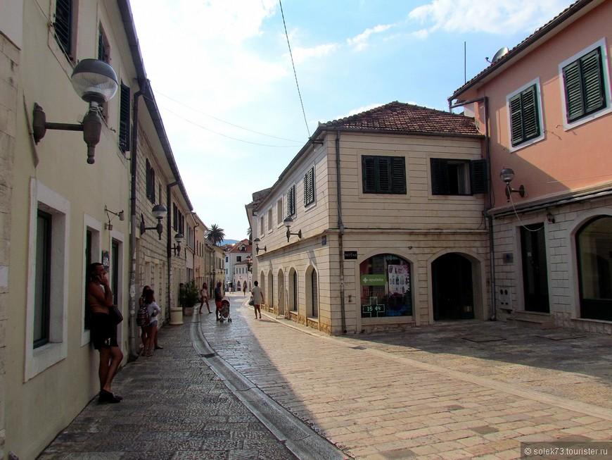 Пешеходная улица Негошева  по пути в Старый город