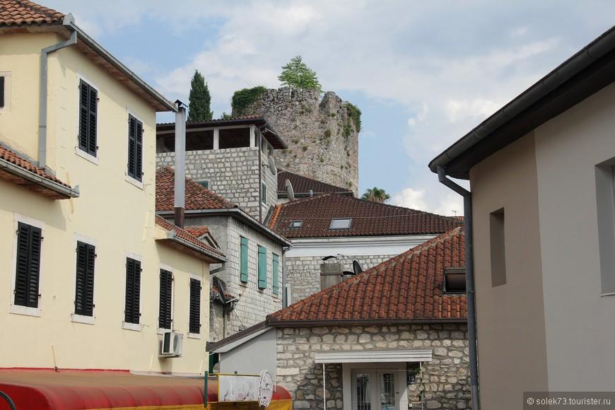Старинные башни в Херцег-Нови повсюду
