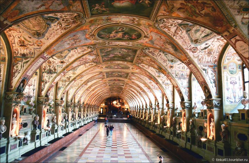 Антиквариум Резиденции. Ради него в первую очередь туда и стоит сходить. Потрясающий зал в стиле Ренессанс! Особенно потрясает потолок, который представляет собой большое число арок, своды которых расписаны лучшими художниками того времени.