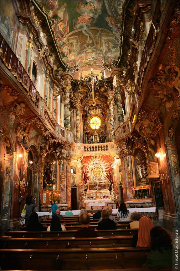 Церковь совсем небольшая по размерам, но роскошна чрезмерно.