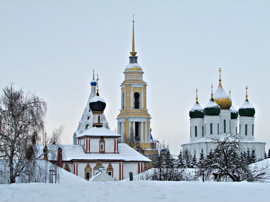 Ново-Голутвинский монастырь: церковь Троицы Живоначальной, колокольня. За стеной - Успенский кафедральный собор.